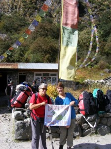 Coach Gayle and Norma display the club flag at Ghoda Tabela (3080 metres)