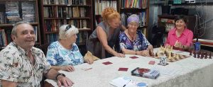 Bruce, Marie, Carolyn, Mary and Fiona enjoying friendly banter while strategising their chess moves at the Men's Shed!